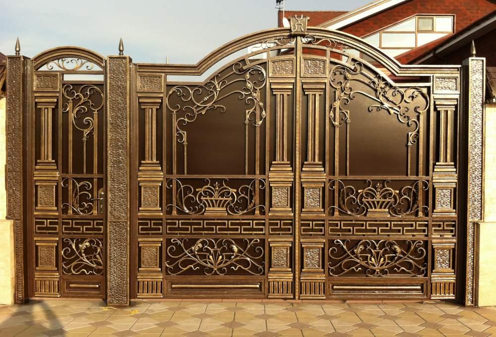 Множество кованных элементов на воротах