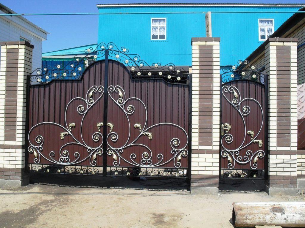 Кованые ворота и калитка из профнастила