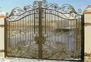 Красивые кованые ворота из поликарбоната