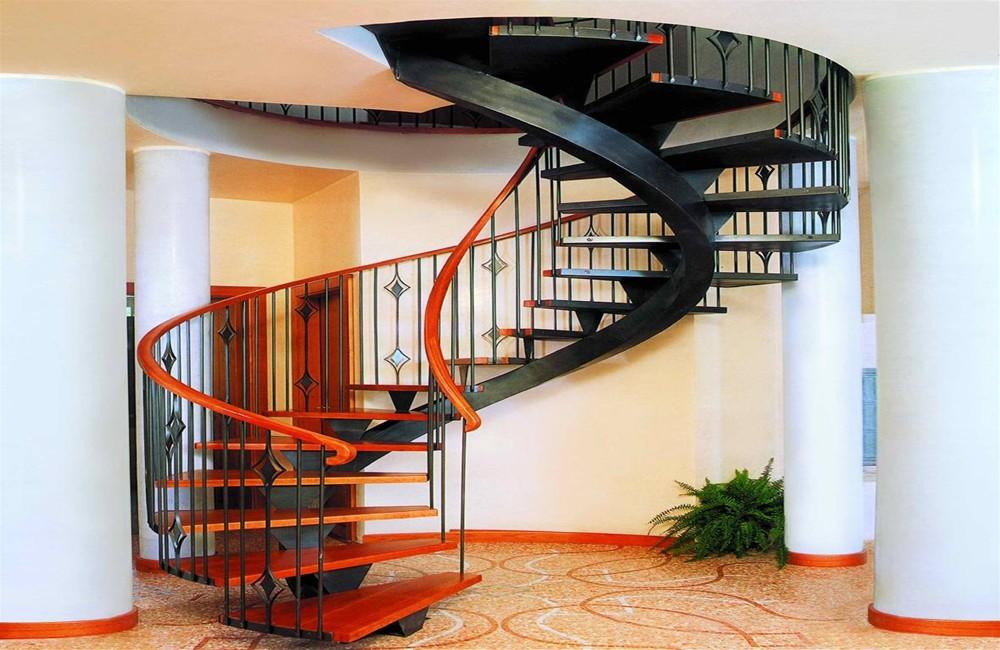 Большая винтовая лестница со ступенями из массива дерева