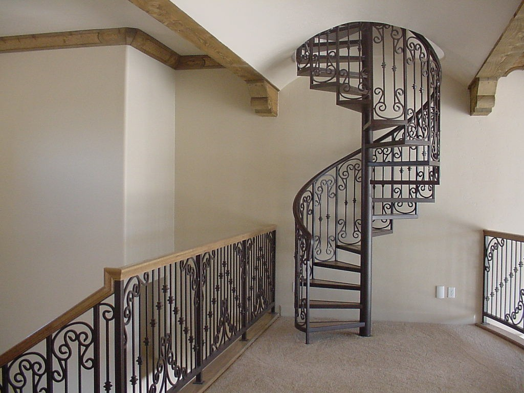 Кованая металлическая лестница в Херсоне. Пример экономии места