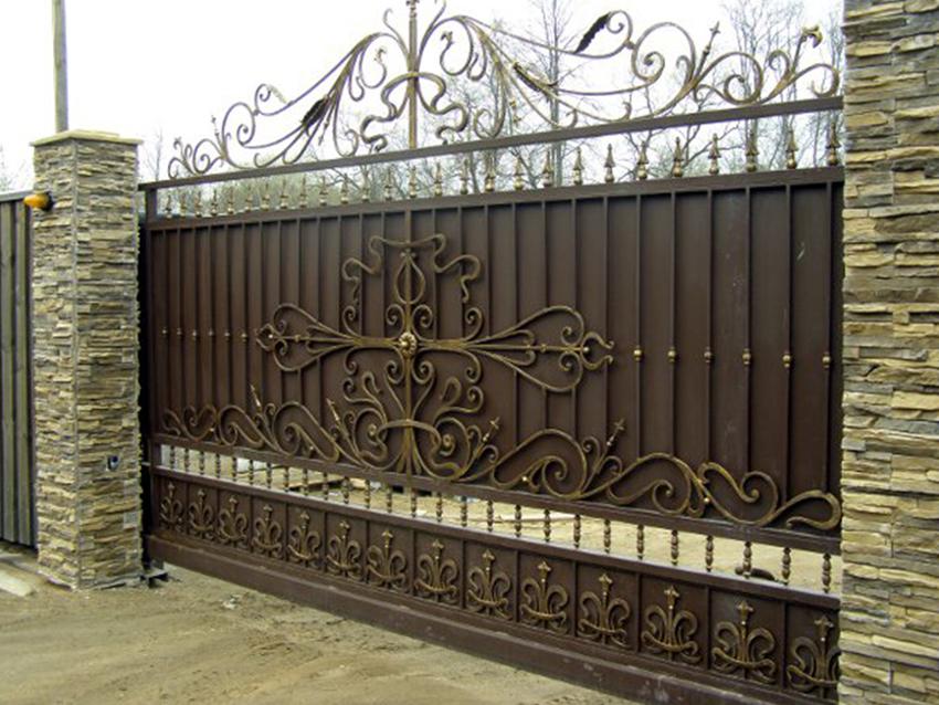 Кованые откатные ворота с полотном из металла