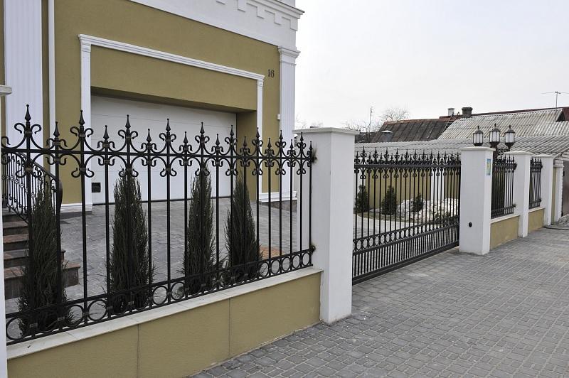 Кованые сдвижные ворота с относительно не большой площадью ковки