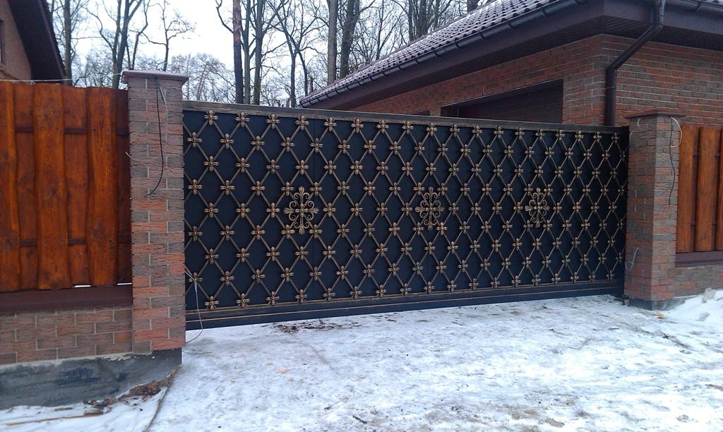 Красивые откатные ворота с элементами ковки в Херсоне