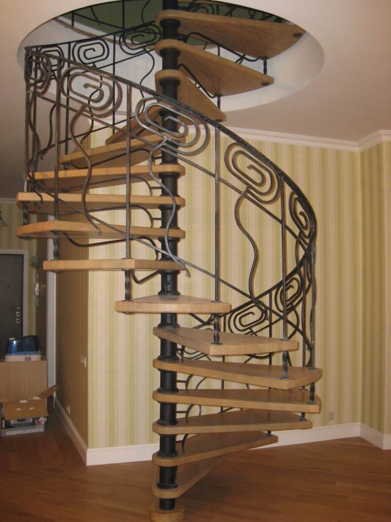 Относительно не большая площадь ковки. Винтовая лестница.