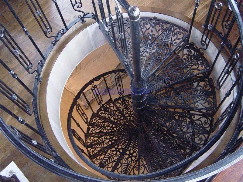Пример оформления кованой винтовой лестницы