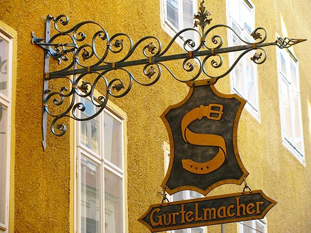 Старинная кованая вывеска в Германии