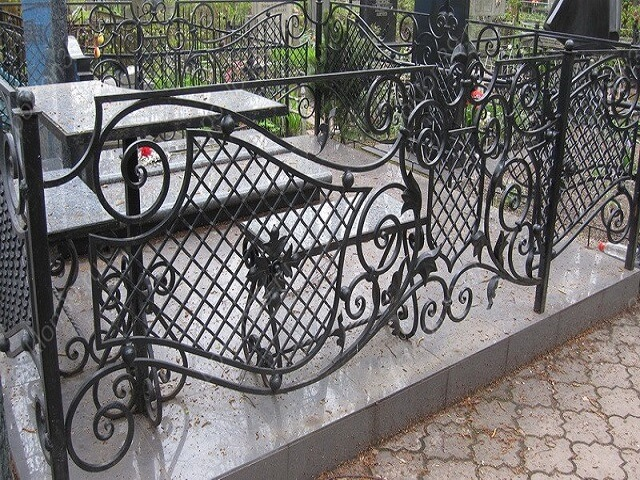 Кованая ограда на кладбище в Херсоне