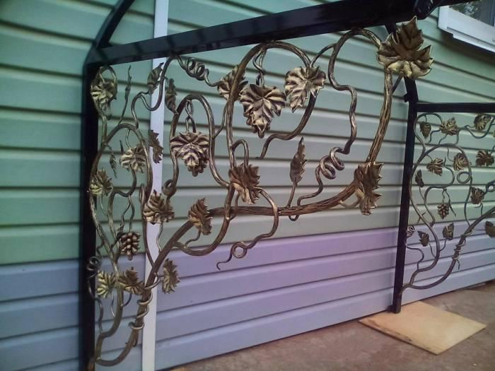 Декорирование козырька кованым виноградом на заказ в Херсоне