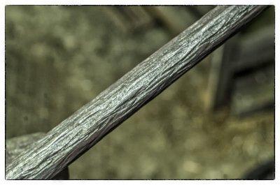 Фактура коры дерева на металлическом пруте, сделанная вручную