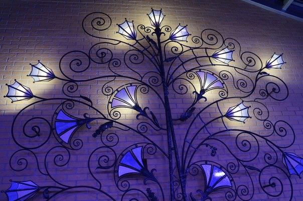 Оригинальное кованое дерево с фонарями в Херсоне на заказ для ресторана, кафе, бара