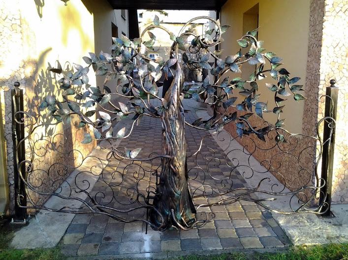Шикарная кованая ограда из декоративного кованого дерева и прутьев в Херсоне на заказ