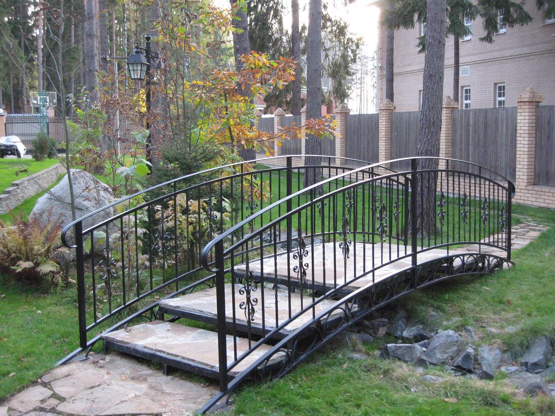 Садовый мостик из металла с элементами ковки и каменными ступеньками
