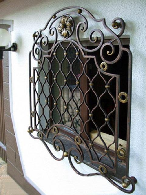 Кованая стационарная решетка на окно